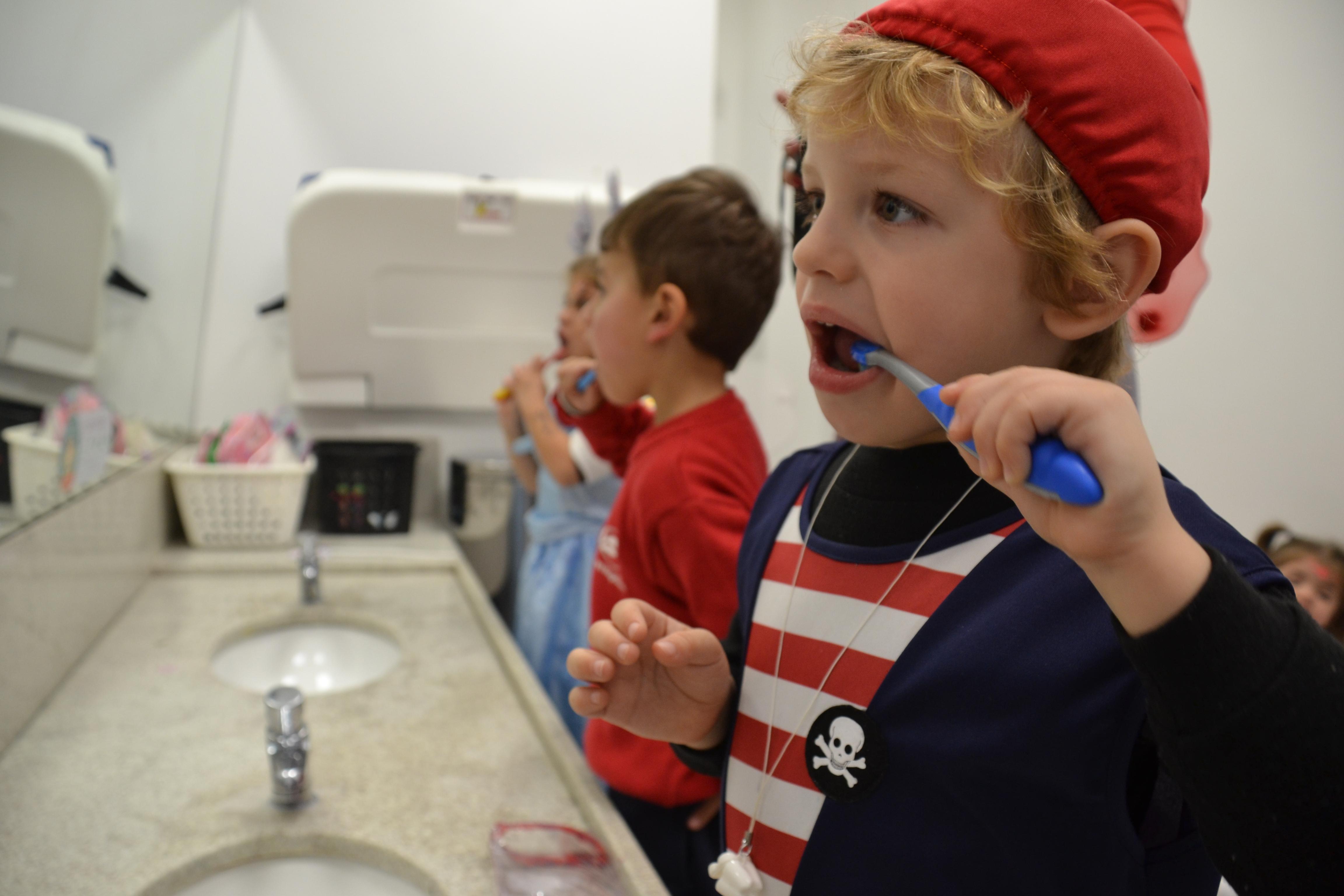Resultado de imagem para criança escovando o dente