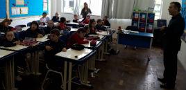 4718:Estudantes do 1º ano B têm aula de Artes com pai de colega