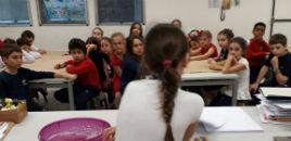 4654:Estudantes ensinam trabalhos plásticos para os colegas