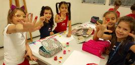4328:Mãos transformam-se em carimbos na aula de Artes Visuais