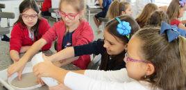 4026:Turmas do 3º ano produzem papel semente nas aulas de Artes Visuais