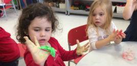 3990:Crianças do Nível 2D produzem gelecas coloridas
