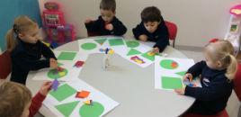 - Pequenos do Nível 2A divertem-se com as formas geométricas