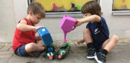 4845:Crianças do Nível 2C plantam alfaces em garrafas PET