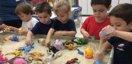 4325:Crianças do Nível 2C exploram miniaturas em mesa de luz