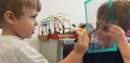 3900:Crianças do Nível 2A desenham retratos em folhas transparentes