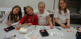 - Estudantes aprendem a criar bonecos de biscuit