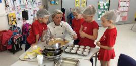 4083:Crianças do Nível 5G preparam cupcake integral de banana