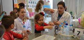 4723:Crianças do Full Day têm tarde de experiências no Lab. de Química