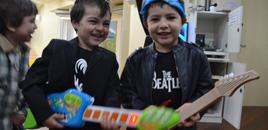 - Crianças do Nível 3A tˆm festa temágtica sobre o rock