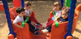 3902:Crianças do Nível 1B exploram os brinquedos novos do Pátio
