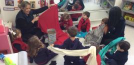 3873:Crianças do Nível 1B brincam com retalhos de tecidos