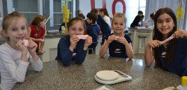 4029:Estudantes do 2º ano preparam slime, uma geleca colorida