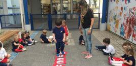 4057:Crianças do Nível 2A seguem uma trilha de pegadas